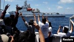 Ảnh tư liệu - Một tàu tuần duyên của Trung Quốc diễn tập ngăn chặn một tàu tiếp tế của chính phủ Philippine tại Bãi Cỏ Mây ở Biển Đông.