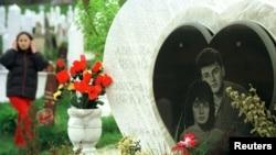 Nadgrobni spomenik Bošku i Admiri, april 2002.