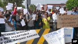 FILE - Protesters calling for the release of General Karenzi Karake demonstrate outside British High Commission in Kigali, Rwanda, June 24, 2015.