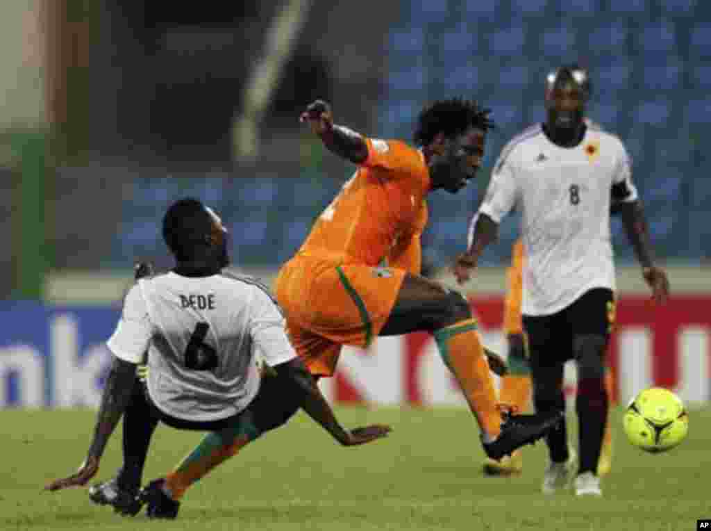 Wilfried Bony (C) of Ivory Coast fights for the ball with Alves de Carvalho of Angola during their African Nations Cup soccer match in Malabo January 30, 2012.