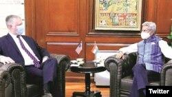 印度外长苏杰生在推特上公布的他与美国副国务卿比根在印度新德里会谈的照片。(2020年10月12日)