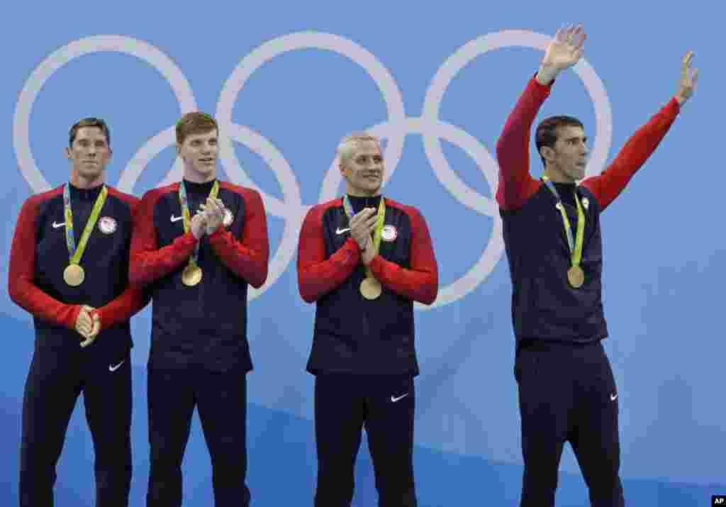 Les Américains Conor Dwyer, Townley Haas, Ryan Lochte et Michael Phelps, célèbrent leur victoire, lors après une cérémonie de remise des médailles aux Jeux olympiques 2016, le 10 août 2016 , à Rio de Janeiro.