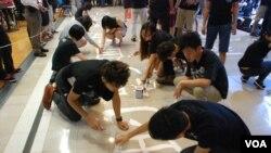 學生在城市大學校園內用油漆寫上標語,呼籲當局尊重思想及學術自由