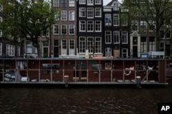 مکان این قایق در یکی از کانال های شهر آمستردام است.