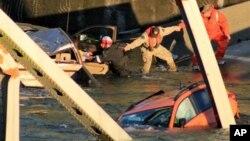 Спасатели помогают пострадавшим при обрушении моста. Маунт-Вернон, Вашингтон, 23 мая 2013г.