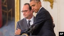 美国总统奥巴马和法国总统奥朗德在白宫的记者会上拥抱(2015年11月24日)