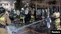 26일 러시아 모스크바 북부 사고 현장에서 화재를 진압하는 소방대원들.