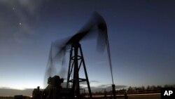 미국 캔자스주 그린즈버그 시 인근의 석유 시추 시설. (자료사진)