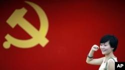 一名新党员在中国共产党党旗前宣誓