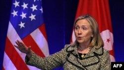 Ngoại trưởng Hoa Kỳ Hillary Clinton đọc diễn văn trước các nhà lãnh đạo doanh nghiệp ở Hồng Kông.