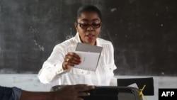 Rose christiane Ossouka Raponda, candidate du Parti démocratique gabonais (PDG) aux élections locales, vote dans un bureau de vote à Libreville, le 6 octobre 2018.