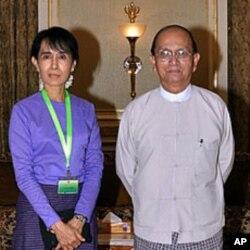 ທ່ານນາງ Aung San Suu Kyi ຖ່າຍຮູບກັບປະທານາທິບໍດີມຽນມາ ທ່ານ Thein Sein ກ່ອນການພົບ ປະສົນທະນາກັນ ຢູ່ທໍານຽບປະທາ ນາທິບໍດີ ທີ່ນະຄອນຫລວງ Naypyi- daw, ວັນທີ 19 ສິງຫາ 2011.