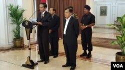 Presiden Jokowi di bandara Halim Perdanakusuma, Jakarta, Sabtu 14 Nov 2015 menyampaikan duka cita atas jatuhnya ratusan orang korban tewas dalam serangan teror bersenjata di Paris.(Foto: Biro Pers Sek Pres).