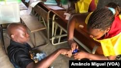 Jovem eleitor na Escola Primária de Cariacó, Pemba. O posto de votação não é de fácil acesso para os portadores de deficiência.