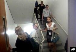 کارکنان ادارات واشنگتن حین وقوع زلزله در حال ترک محل کارشان هستند