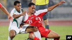 Alvin Tehau de Tahiti de l'Egypte, à droite, commet une faute sur Obiora Nwankwo du Nigeria lors du match Egypte-Nigeria comptant pour la Coupe du Monde U-20 au Stade international du Caire au Caire, en Egypte, 1 octobre 2009. Alvin Tehau de Tahiti de l'Egypte, à droite, commet une faute sur Obiora Nwankwo du Nigeria lors du match Egypte-Nigeria comptant pour la Coupe du Monde U-20 au Stade international du Caire au Caire, en Egypte, 1 octobre 2009.
