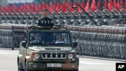Chủ tịch Trung Quốc Tập Cận Bình duyệt binh tại doanh trại của Quân Giải phóng Nhân dân Trung Quốc (PLA) ở Shek Kong, Hồng Kông hôm 29/6 để đánh dấu 20 năm ngày TQ lấy lại quyền kiểm soát Hong Kong, cựu thuộc địa của vương quốc Anh. (Ảnh AP/Kin Cheung)