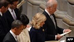 奥巴马总统夫妇与拜登副总统夫妇1月22日在华盛顿国家大教堂参加祈祷会