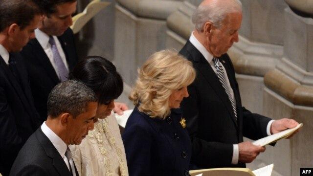Tổng thống Barrack Obama và nhu nhân Michelle Obama, Phó Tổng thống Joe Biden và phu nhân Jill Biden dự  thánh lễ tại Thánh đường Washington National Cathedral, 22/1/13