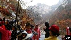Wisatawan mengunjungi gunung Kumgang, Korea Utara, 23 Oktober 2018. (Foto: dok)