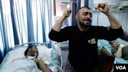 Seorang warga Suriah menangisi saudaranya yang terluka parah dalam bentrokan di Latakia.