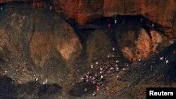 Para pemulung mencoba mencari peruntungan dengan mencari batu giok di antara puing-puing yang dibuang oleh perusahaan pertambangan batu giok di kota Hpakant, negara bagian Kachin, 8 Juli 2013. (Foto: dok). Sedikitnya empat orang tewas akibat longsor di sebuah tambang batu giok di Myanmar utara, Jumat (9/1).