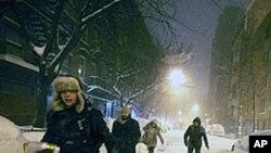 纽约曼哈顿居民清晨在积雪中行走