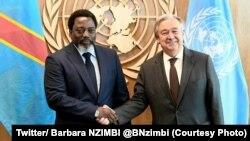 Le président Joseph Kabila de la RDC et le secrétaire général des Nations unies Antonio Guterres échangent une poignée des mains en marge de la 71e assemblée générale de l'ONU, New York, 23 septembre 2017. (Twitter/ Barbara NZIMBI @BNzimbi)