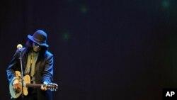 """Musisi Sixto Rodriguez, tokoh utama film dokumenter pemenang Academy Awards 2013, """"Searching for Sugarman"""", saat tampil di Afrika Selatan. (Foto: Dok)"""