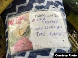 Những dòng chữ ghi trên bó hoa này gửi sự cảm thông tới các gia đình.