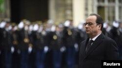 지난 1월 파리 경찰청 본부의 대테러 치안 부대를 방문한 프랑수아 올랑드 프랑스 대통령이 파리 테러 희생자들을 추모하는 기념식에 참석했다. (자료사진)