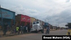 La vie reprend normalement à Oicha sur cette image un véhicule blindés de la Monusco est coincé sur la route en RDC, le 3 mai 2017. (VOA/Ernest Muhero)