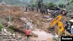 Tim penyelamat mencari korban di antara tanah longsor di dekat perkebunan teh Koslanda di bagian selatan Sri Lanka, Rabu (29/10).