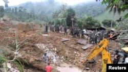 斯里兰卡军方救援队在滑坡处参与救援工作