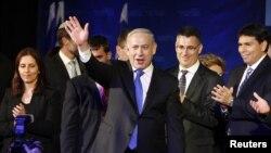 Thủ tướng Israel Benjamin Netanyahu vẫy chào người ủng hộ tại Trụ sở đảng của ông tại trụ sở đảng Likud ở Tel Aviv, ngày 23/1/2013.