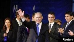 ນາຍົກລັດຖະມົນຕິອິສຣາແອລ ທ່ານ Benjamin Netanyahu ໂບກມືຕໍ່ຜູ້ສະໜັບສະໜູນ.