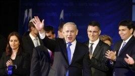 Hoton Firayim Minista Isra'ila kennan, Benjamin Netanyahu yana dagawa magoya baya hannu a birnin Tel Aviv. Junairu 23, 2013.