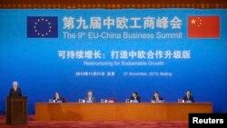 유럽연합과 중국간 경제 회의가 열리는 중국 베이징에서, 헤르만 반 롬푸이 유럽연함 집행위원회 상임의장(맨 왼쪽)과 완 지페이 중국국제무역촉진위원회 회장이 나란히 앉아 있다.