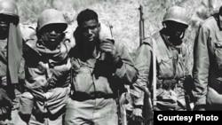 한국전 참전 당시 부상당한 동료를 부축하는 흑인 병사들. 미 국방부 한국전 50주년 기념사업회 자료사진.