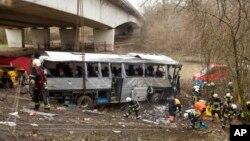 Подъемный кран ставит упавший с моста автобус на колеса. Ранст, Бельгия. 14 апреля 2013 г.