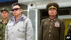 Tướng 'diều hâu' Kim Kyok Sik (phải) và cố lãnh tụ Bắc Triều Tiên Kim Jong Il (ảnh tư liệu ngày 23/4/2007)