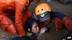 救援人員從一所被地震和海嘯摧毀的房屋中解救一名15歲的印尼女孩。 (2018年9月30日)