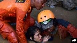 ក្រុមអ្នកជួយសង្គ្រោះព្យាយាមជួយនាង Nurul Istikharah អាយុ១៥ឆ្នាំចេញពីផ្ទះបាក់បែករបស់នាង បន្ទាប់ពីមានគ្រោះរញ្ជួយដី និងរលកយក្សស៊ូណាមី នៅក្នុងក្រុង Palu ខេត្ត Central Sulawesi ប្រទេសឥណ្ឌូណេស៊ី កាលពីថ្ងៃទី៣០ ខែកញ្ញា ឆ្នាំ២០១៨។