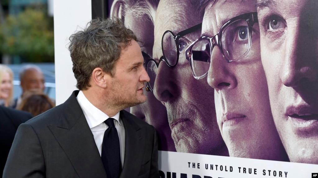"""El actor Jason Clarke observa un afiche de """"Chappaquiddick"""" durante la premiere de la cinta en el Teatro Samuel Goldwyn. Beverly Hills, California, 28-3-18. Clarke interpreta a Ted Kennedy en la película."""