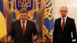 Ukrayna Cumhurbaşkanı Poroşenko ve Başbakan Yatsenyuk kabine toplantısında alınan kararları açıklarken