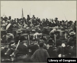The crowd gathering to hear Lincoln speak at Gettysburg