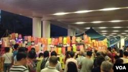"""香港中秋夜:点亮""""民主灯""""声援大陆异议人士"""