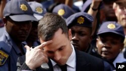 Oscar Pistorius rời tòa án ở Pretoria, Nam Phi sau phiên xử hôm thứ Hai, 13/10/14