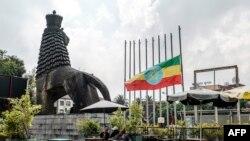 Vue de la place devant le théâtre national d'Éthiopie où le drapeau national est à moitié abaissé alors que la nation pleure à Addis-Abeba, le 24 juin 2019.