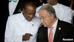 Presiden Guinea yang juga menjabat sebagai Presiden Uni Afrika, Alpha Conde berbicara dengan Sekjen PBB Antonio Guterres di Addis Ababa, Ethiopia, Minggu (28/1).